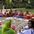 EINE MURUL: pidulikud sarid on India naiste armastatud riietusesemeks. Vaid noorem sugupõlv trotsib emade traditsioone. TERJE TOOMISTU