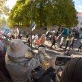 DELFI FOTOD ja VIDEOD: Toompeal on veel sadakond pagulasvastast: jagatakse suppi, sildid on toetatud aedadele
