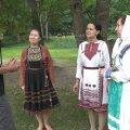 """""""Meie hõimlaste"""" saatejuht Ivo Tšetõrkin Lääne-Eestis kohtumas marilastega, kes igal aastal korraldavad hõimlaste kokkutulekuid."""