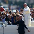 Paavstimobiilis sõitvat paavsti ei ümbritse enam kuulikindlad klaasseinad.