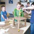 Viimsi Kooli väikesed teadmishimulised õppurid, kes lahendavad õpitoas inseneriülesandeid