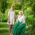 Monika koos tütretütar Marielaga. Mõlemad on hingega aia juures!