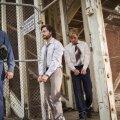 TEEL PRETORIASSE: Poliitvangid Tim Jenkin (Daniel Radcliffe, keskel) ja Stephen Lee (Daniel Webber, paremal) on kaks valget lõuna-aafriklast, kellele määratakse pikk vanglakaristus, süüdistatuna riigivastaste materjalide trükkimises ja levitamises.