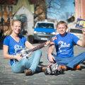 Janika ja Jaanus Leoste ütlevad, et Jänku-Jussi lasteraamatud on veebis tasuta avaldatud tekstide tõttu ka poes paremini müügiks läinud. Pildil annavad nad vihje, millega Jänku-Juss nende järgmises raamatus tegeleb.