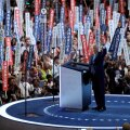 Bill Clintoni kõne parteikongressil oli tema seni suurim etteaste naise kampaania toetuseks. Muidu on ta esinenud väikeste linnade  kihutuskoosolekutel.