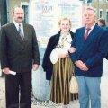 Mall Võhandu VII Pandivere päeval koos volikogu esimehe Olev Liblikmanni ja Soome sõprusvalla Hausjärvi delegatsiooni juhi Vilho Vanhaneniga 28. mail 1994. a. Foto: Ekke Võhandu