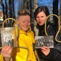 """""""KUULUVUSHARJUTUSTE"""" TIIM: Barbara Lehtna (vasakul) ja Katrīna Dūka kogusid koos kaaslastega mitu kuud lugusid meie ümbert. Telefonilavastusse jõudsid lõpuks 16 eri soost, vanusest ja eri ametit pidava inimese lood."""
