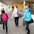 Pildil Tartu Kivilinna Gümnaasiumi hoone ja sellesse sisenevad õpilased. Pilt on tehtud 8. märtsil 2012 mõni minut enne kella kaheksat. Mitmetes Tartu koolides jätkus sel päeval õpetajate streik ning õppetööd ei toimunud. Kivilinna Gümnaasiumis streigiti vaid 7. märtsil ning 8. märts oli tavaline koolipäev.
