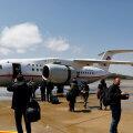 Turistid sisenemas lennukisse An-148-100B.