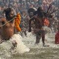 Tänavune Kumbh Mela tõi Gangesesse ennast puhastama kokku sada miljonit inimest.