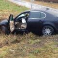 """ВИДЕО: В Ляэнемаа BMW """"забыли"""" в кювете: дверь нараспашку, рядом — ни души"""