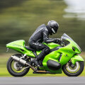 Зеф Айзенберг на мотоцикле Suzuki в Йоркшире