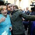 Anas Modamani tegi liidukantsler Merkeliga selfie pagulaskeskuse ees 2015. aasta septembris.