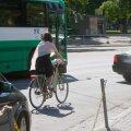 Eesti Päevalehe ajakirjanik ja fotograaf tegid tiiru Tallinna kesklinnas ja rääkisid ratturite ja jalakäijatega, teemaks uus liiklusseadus. Jalgrattur Viru ringil
