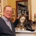 Analüütiku portree koos lemmikutega: Eesti tuntumaid Venemaa-tundjaid Vladimir Juškin koos oma kasside Stefani ja Charlesiga.