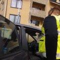 VIDEO | Kalamajas istus 5-aastane poiss enam kui tund aega üksi autos. Poisi ema oli läinud lähedalasuvasse majja koristama, auto oli ta jätnud keset ülekäigurada