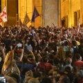 Parlamendihoone ette kogunenud protestijate vastu kasutati veekahureid ja pisargaasi.