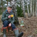 """Valdek Udris teab, kust saab Hiiumaal Mänspe kandis kasemahla. Keskkonnaagentuuri juhtimisel saavad kaardile kõik sellised Eestimaa kohad. """"See on maaelu üks plusse, et ei pea praegusel ajal vett jooma, vaid saab juua kase- või vahtramahla,"""" märgib mees."""