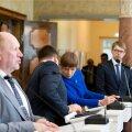 President Kersti Kaljulaid koos Jüri Ratase ja Mart Helmega aprillis valitsuse ametisse nimetamisel.