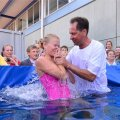 DELFI VIDEO ja FOTOD: Jehoova tunnistajad lasid end suures vannis ristida