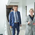Enne arutelu ettevõtjatega tutvustas Helle Susi minister Rene Tammistile endist Saare KEK-i kordatehtud maja.