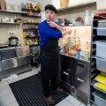 Noodle Box palkas viimases hädas Hiinast pärit koka Chen Shuoa ehk Mr. Cheni, kes hakkab õige pea toidukohale uut menüüd koostama.