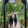 Kuigi Keila-Joa rippsillal kõndimine on ohtlik, jalutavad inimesed sellel endiselt muretult. (Foto: Vallo Kruuser)