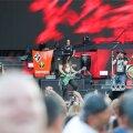 Guns N'Roses esmaspäeva õhtul Tallinnas – ees keskel kitarrist Slash ja vasakul bassimängija Duff McKagan.