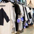 Kestliku ja keskkonnateadliku moe eestkõneleja Reet Ausi nn <em>upcycling</em>'u meetodil Bangladeshi rõivajääkidest valminud UpShirt'ide külge on kinnitatud nn läbipaistev etikett.