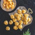 Soojad Cheddari juustu pätsikesed tüümianivõiga.