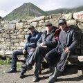 Väljasuremisele määratud kunagise kuulsa köietantsijate küla Tsovkra viimane köiel käimise õpetaja Medžid istub oma endiste õpilastega, kelle mõlema nimi on Magomed, küla keskplatsil.
