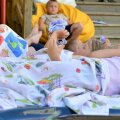 Kohila lapsed magavad lõunaund õues