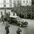 PIDULIK HETK: Vast valitud vabariigi president Konstantin Päts lahkub Toompea lossist, et sõita Kadrioru lossi.