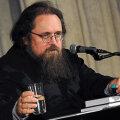 Андрей Кураев призвал временно воздержаться от массовых богослужений и целования рук