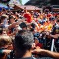 """SELLIST PILTI TÄNAVU EI NÄE: Isegi kui Max Verstappen (keskel autogrammi andmas) peaks pühapäeval Austria GP võitma, ei saa """"oranž armee"""" oma lemmikule kohapeal kaasa elada."""