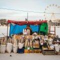 Jakutski turumüüja möödunud aasta lõpus tööpostil. Märtsis, mil lumi oli veel maas, peksid sajad jakuudi mehed vägistamiskuulduse pärast kohalikke töömigrante.