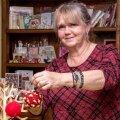 Maia Raudkivi-Vaikla paneb äsja vildist valminud kuuseehted esialgu oma VildiVilla kohviku ehteks. Kes ajakirjast viltimist selgeks ei saanud, saab peagi Maia juures seda õppida.