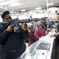 Stseen Floridas asuvast relvakauplusest.