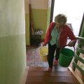Elviira peab iga päev veeämbritega ronima teisele korrusele.