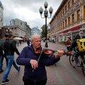 Pensionile jäänud viiulimängija Mihhail Karapetjan on sunnitud Moskva tänavatel muusikaga lisa teenima, kuna tema igakuine pension on 14 100 rubla ehk 190 eurot.