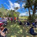 Kõrgemasse kohta kogunenud inimesed Uus-Meremaal Whangareis.