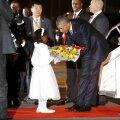 Esimene, kes Obamat Nairobis lennukist väljudes tervitas, oli kaheksa-aastane Joan Wamaitha. Talle järgnesid Keenia president Uhuru Kenyatta ja Obama poolõde Auma.