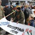 DELFI FOTOD: Nelgikuhjad ja surematu polgu rongkäik. Vaata, mis toimus võidupüha kogunemisel Narvas