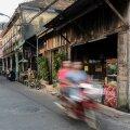 Chanthaburi elamusterohkes kesklinnas on väga parim liikuda jalutades, sest kogu elu käib jõekallastel ja esimese majaderivi taha jääval tänaval. Väikestes renoveeritud iidsetes puitehitistes pakutakse traditsioonilisi Tai, Hiina ja Vietnami roogi, samal ajal kui suured sadamahooned on muutunud trendikateks restoranideks. Sealt ei puudu pitsaahjud, õhtuti kõlab džäss, mille saatel kohalikud ja muidugi ka turistid pärast päikeseloojangut terrassidele istuma ja sööma kogunevad.