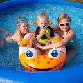 Marie, Hugo ja Eliise lepivad ujumisisu leevenduseks meelsasti suure basseiniga aias.