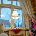 Kogudusemaja aknasse paistab Risti kiriku ilusti korda tehtud torn. Kiriku kordategemine on ränk töö, aga koguduse noorus ja ärksus teeb Annika Laatsile ainult rõõmu.