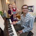 Aleksandr, Lydia ja väike Lera Dotsenko. Kui intervjuu antud, istus pereisa klaveri taha ja mängis ette oma lemmiklood.