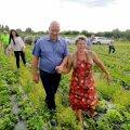 Maaeluminister Arvo Aller ja maasikakasvataja Janika Lindsalu käsikäes marjapõllul
