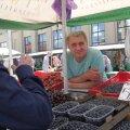 ВИДЕО RusDelfi   Продавцы на рижском рынке: эстонские перекупщики уже сметают клубнику
