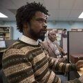 """KASUTA OMA """"VALGET HÄÄLT""""! Mustanahaline noormees Cassius Green (Lakeith Stanfield) saab valgete inimeste kõnepruuki imiteerides telemarketingitöös ootamatult edukaks."""